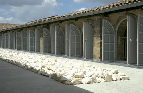 Richard Long, Ligne de pierres blanches, terrasse du CAPC